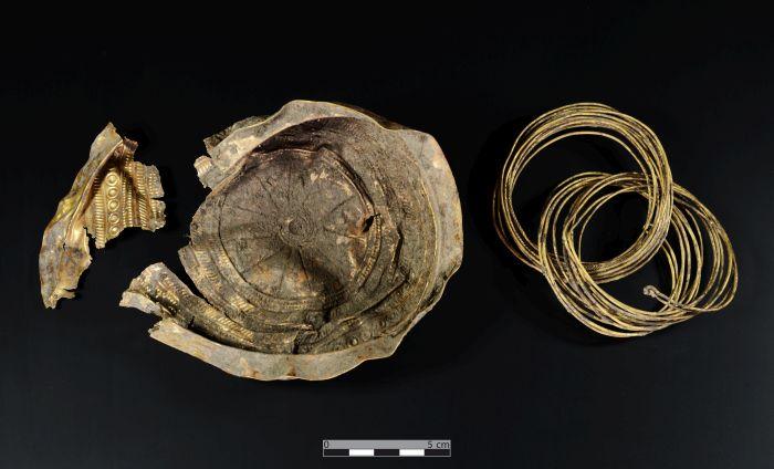 Misa i jej odnaleziony fragment wraz z dwoma złotymi bransoletami ze złotego drutu. Fot. Andreas Rausch