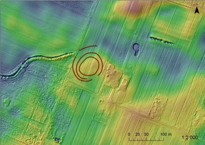 Rondel w m. Łysomice, plan hipsometryczny z naniesionym obrysem rowów odkrytego obiektu (oprac. J. Czerniec).