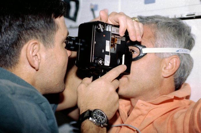 Astronauta Robert D. Cabana  za pomocą tonometru sprawdza ciśnienia wewnątrzgałkowe astronauty Michaela R. U. (Rich) Clifforda. Fot. NASA