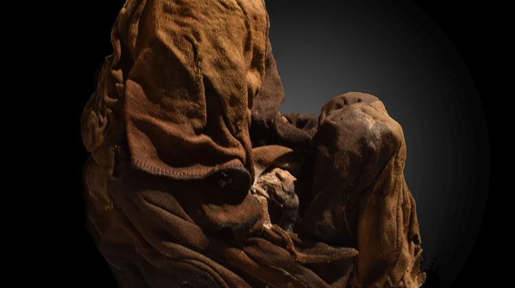 Szczątki dzieci były zawinięte w tkaniny. Fot. D. Socha